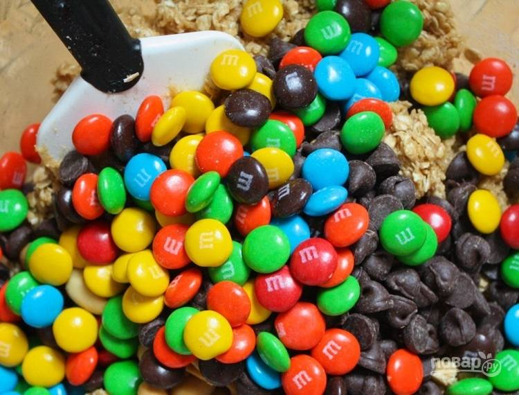 5.Введите шоколадную стружку и M&M's.