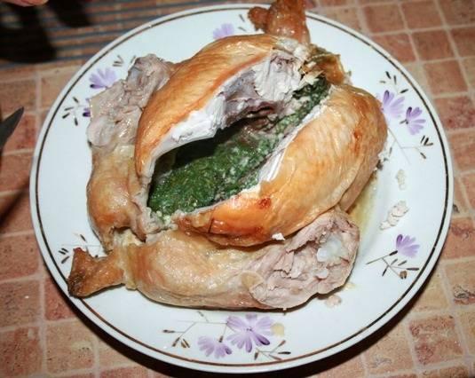 5. В зависимости от размера, выпекается курица, фаршированная яйцами в домашних условиях от 1 до 2 часов. Мясо должно быть мягким, а корочка - румяной. После этого птицу нужно немного остудить и подавать к столу.