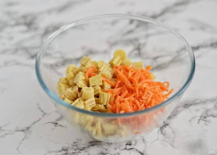 В большой миске соедините спаржу, кукурузу, морковь по-корейски и лапшу.