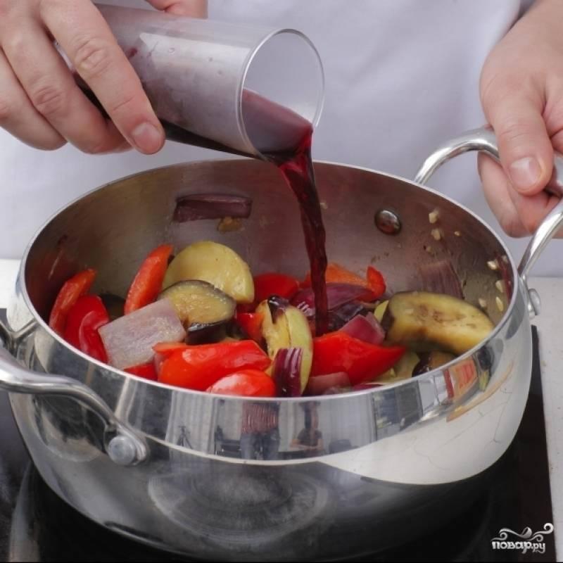 Вливаем вино, доводим до кипения, после чего накрываем крышкой и готовим на медленном огне 20 минут.