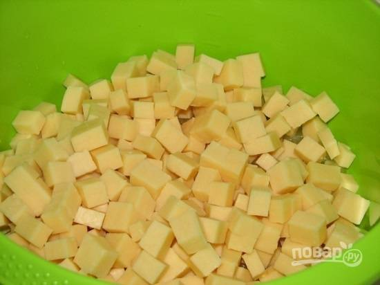 Такими же кубиками нарезаем сыр.