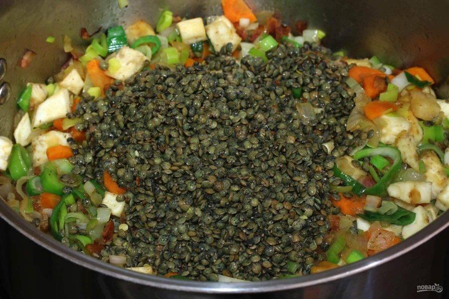 5.Промойте чечевицу и добавьте ее к овощам в кастрюлю, обжаривайте 1-2 минуты.