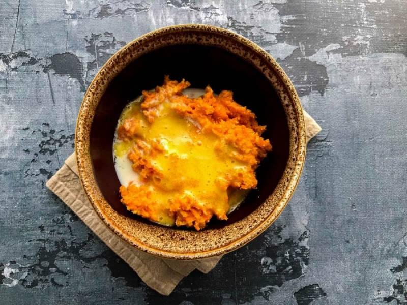 Массу выложите в тарелку, добавьте растертый желток с сахаром и перемешайте.