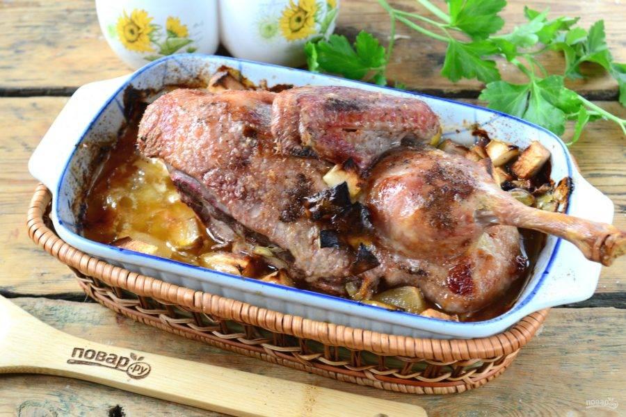 В процессе запекания каждые 30 минут поливайте утку сверху выделившимся жиром, тогда она получится очень сочной. Утка с яблоками и капустой готова! Подавайте ее прямо в форме, в которой она запекалась. И обязательно накладывайте в тарелки не только мясо, но и капусту и яблоки, они тоже получились невероятно вкусными, пропитавшись утиным жиром!