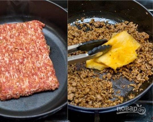 3. Отправляем фарш на разогретую сковороду. Добавьте немного растительного масла. Когда из фарша выпарится вода, добавьте сыр. Жарьте до румяного цвета, после чего снимите с огня и остудите.