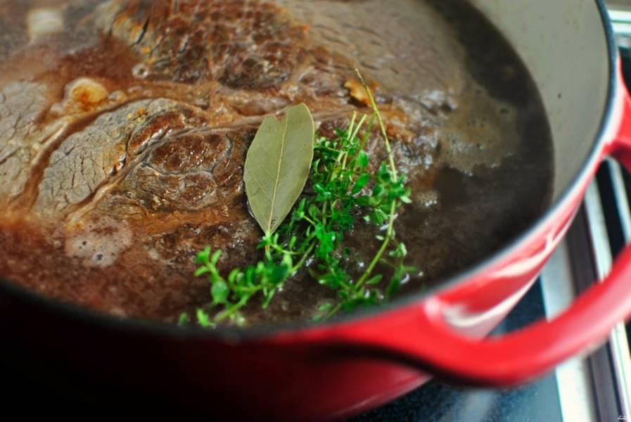 Добавьте лавровый лист, пару веточек тимьяна, черный перец горошком, по желанию.  Доведите до кипения на небольшом огне.