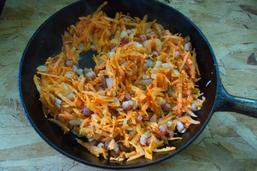 Добавьте морковь. Обжарьте все вместе.