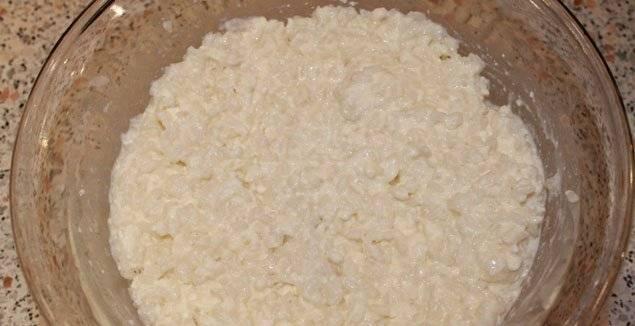2. Когда рис немного остынет - смешиваем его с яйцами, сметаной, сахаром и творогом.