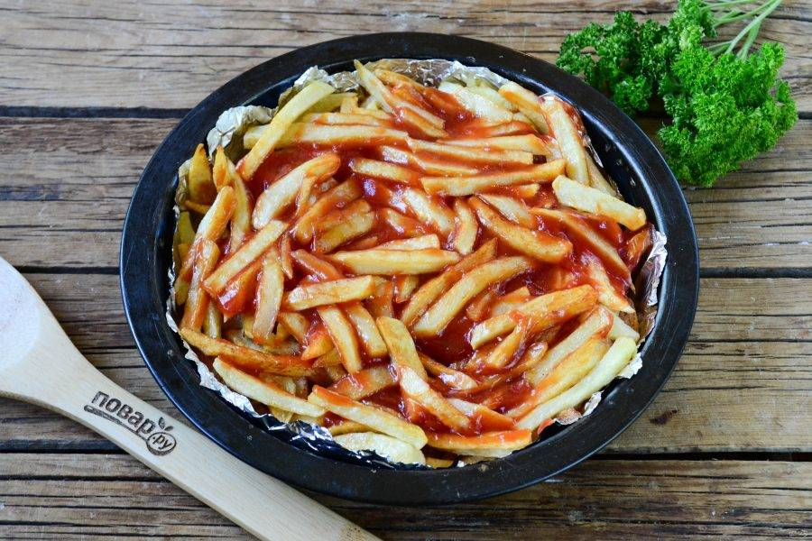 Сверху смажьте томатным соусом.
