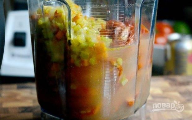 4. Когда всё будет готово, поместите все овощи в блендер. Также добавьте карри, бульон, соль, перец и вино. Взбейте ингредиенты в единую консистенцию.