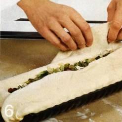 Разогреть духовку до 180 °С Закрыть начинку краями теста. Дать пирогу расстояться 30 мин. в теплом месте, затем смазать слегка взбитым яйцом. Сделать в середине пирога отверстие. Выпекать 45-50 мин.