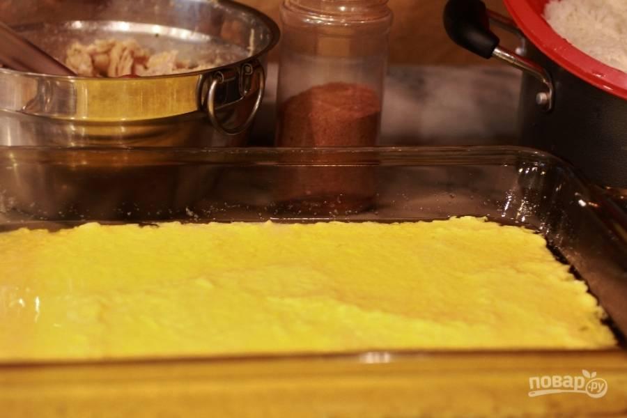 8.Поместите сливочное (5 столовых ложек) и растительное масло (все что осталось) в емкость для выпекания. Поставьте емкость в предварительно разогретую духовку до 200 градусов. Дождитесь пока масло растопится. Достаньте форму из духовки и выложите в нее смесь риса с йогуртом (это будет первый слой).