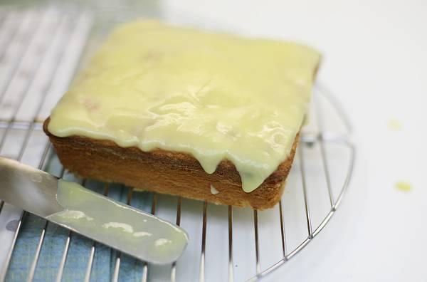 7. Вот теперь вы знаете, как приготовить бисквит на сметане быстро, вкусно и красиво. После застывания глазури можно подавать нашу выпечку к столу.
