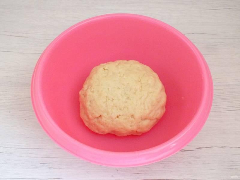 Тесто замешивается очень легко. Получается мягким, податливым. Округлите его, заверните в пакет и уберите в холодильник на 2 часа.