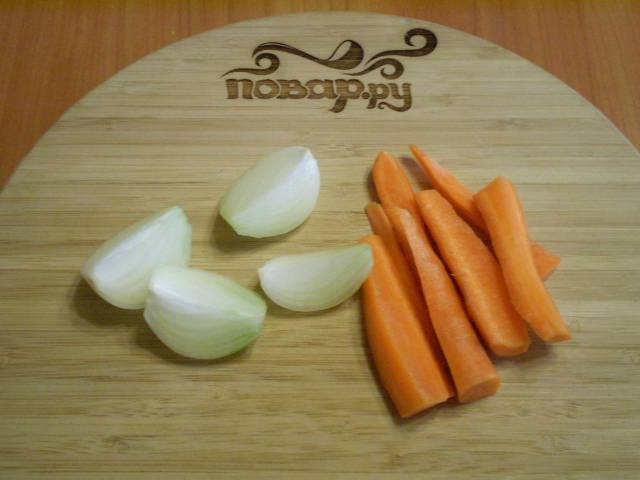 Порежьте крупно лук и морковь.