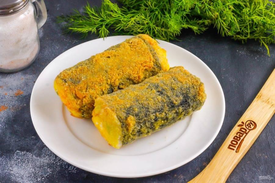 Обжарьте в масле ролл со всех сторон примерно по 1-2 минуте до румяности и выложите на тарелку.
