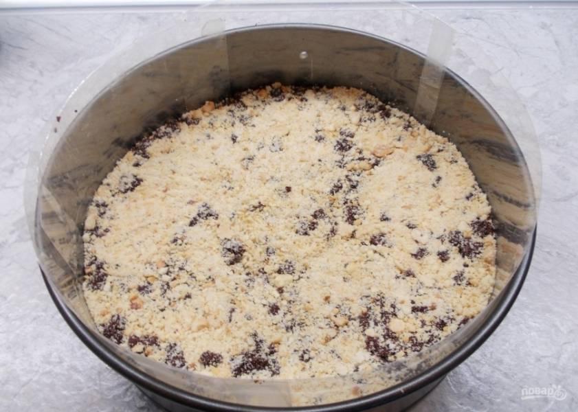 6.Фундук измельчаю в муку (ничего страшного, если будут крупные кусочки) и посыпаю им бисквитную крошку.