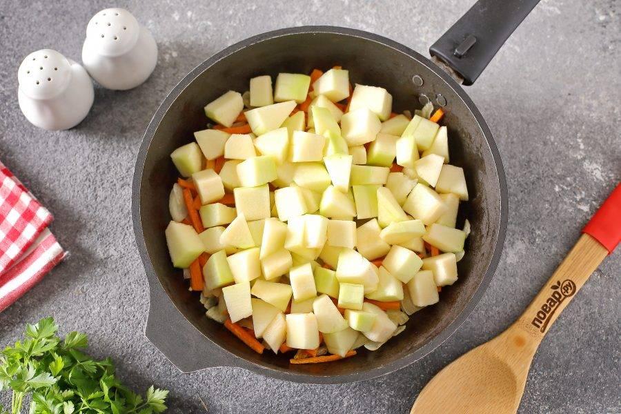 Добавьте нарезанный кубиками кабачок и тушите под крышкой около 3-5 минут.