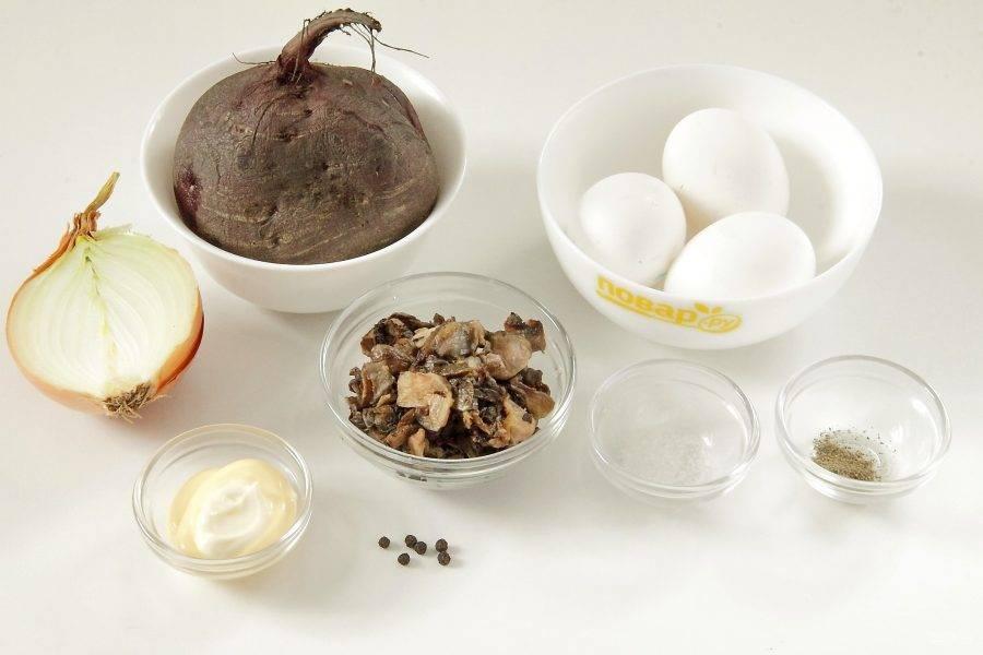 Подготовьте все ингредиенты. Заранее отварите до готовности одну свеклу среднего размера. Отварите вкрутую яйца и остудите.