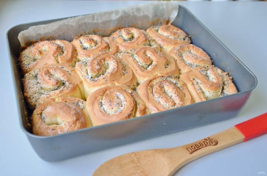 9. Разогрейте духовку до 200 градусов, убавьте до 180 и поставьте булочки выпекаться. Время - 15-20 минут, смотрите по своей духовке, у меня электрическая.