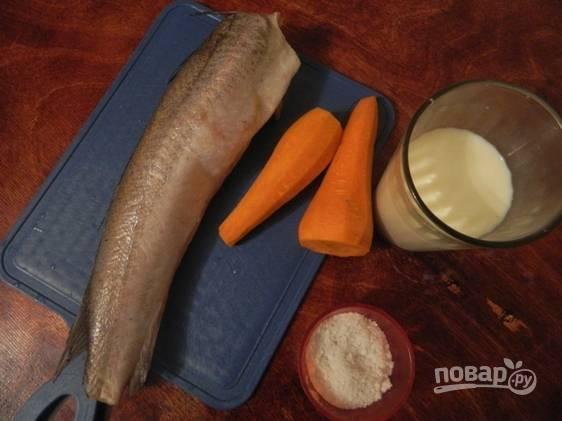 Подготовьте продукты для приготовления блюда. Хек нужно заранее разморозить, а морковь почистить.