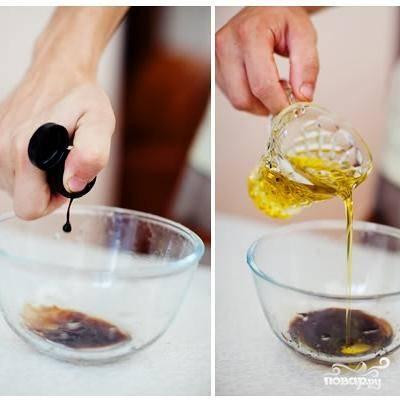 Для заправки салата смешиваем бальзамик, оливковое масло, соль и перец.