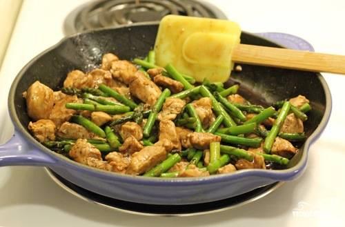 5. Когда соус начнет немного увариваться, отправить на сковороду обратно мясо и спаржу. Хорошо перемешать и полить соевым соусом. Рецепт приготовления свинины со спаржей практически завершен. Осталось довести мясо до полной готовности и спешно подать блюдо к столу. При подаче обязательно посыпать кунжутным семенем и при желании украсить зеленью. На гарнир отлично подойдет отварной рис.