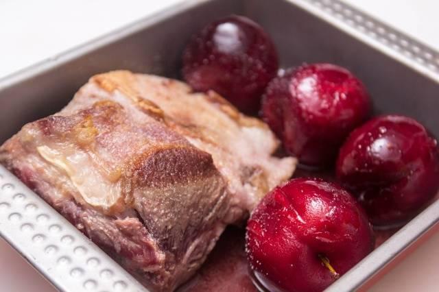 Перекладываем мясо в форму для запекания вместе со сливами, заливаем все оставшимся после обжарки слив соусом. Ставим форму в духовку, разогретую до 200 градусов, на 20 минут.