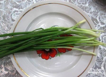 Зеленый лук вымоем и обсушим - ведь вода нам в салате не нужна.