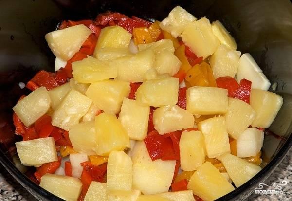 5. В глубокий салатник отправьте перец, картофель и консервированный ананас, нарезанный кубиками.