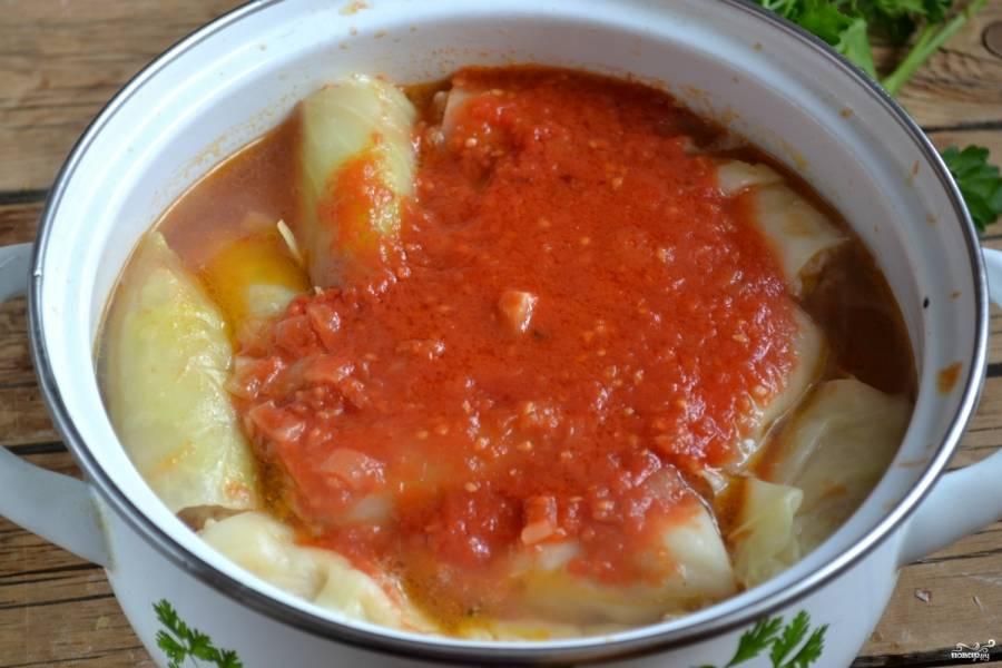 Приготовьте заправку. Поджарьте в растительном масле на сковороде мелко нарезанный лук, затем влейте томатный сок и готовьте, пока жидкость наполовину не испарится. Вылейте полученную заправку к голубцам и готовьте еще 30 минут.