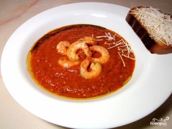 5. Налейте немного супа в тарелку, добавьте щепотку тертого сыра и креветки. При желании дополните бальзамиком, острым соусом, сухариками или гренками, например.  Приятного аппетита!