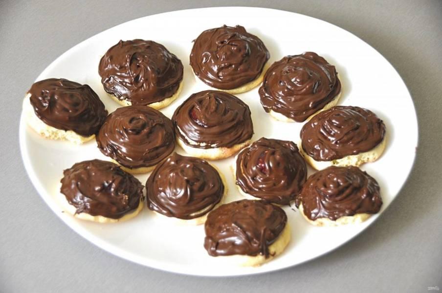 Покройте печенье шоколадом, это можно сделать ложкой, а можно переложить в небольшой кондитерский мешок и нанести на печенье. Дайте шоколаду стабилизироваться, для этого поместите печенье в прохладное место.