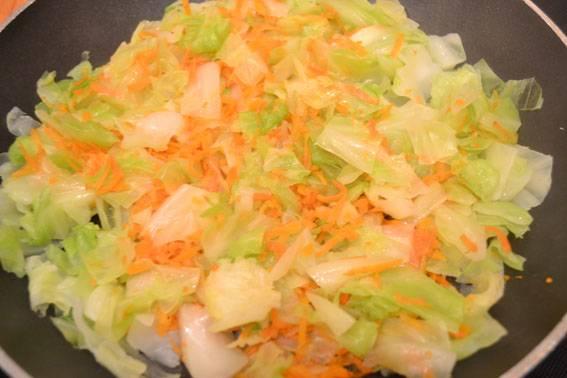 Морковь чистим, натираем на средней или крупной терке и добавляем к капусте. Тушим под крышкой минут 10-15.
