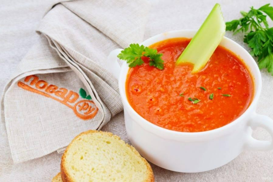 Взбейте суп в блендере до консистенции пюре. Добавьте соль, сахар и перец по вкусу. Приятного аппетита!