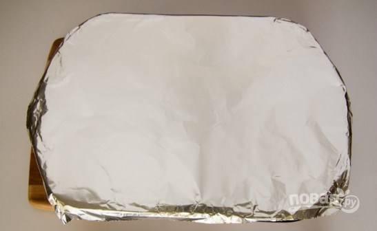 Накройте противень и отправьте в разогретую до 200 градусов духовку на 6-8 минут. Все зависит от толщины филе.
