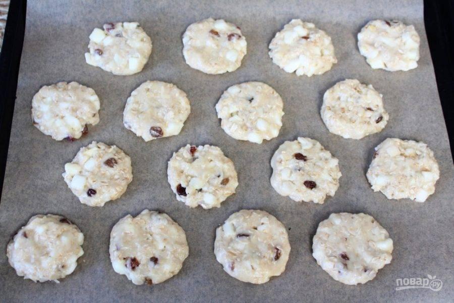 Противень покрываем бумагой для выпечки. Из теста делаем печенье и выкладываем его на противень в шахматном порядке.  Противень отправляем в разогретую духовку. Запекаем при температуре 180 градусов около 20 минут.
