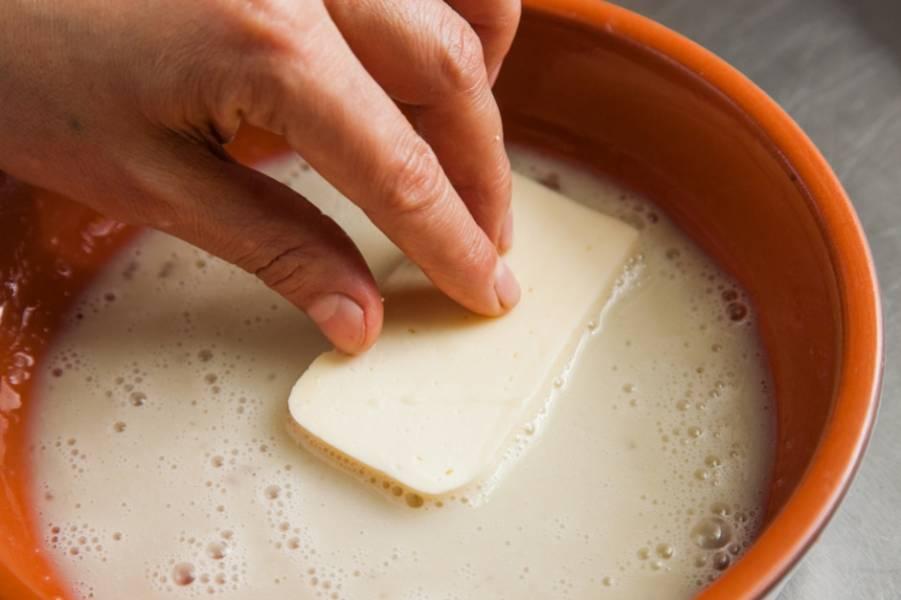 Теперь каждый кусочек сыра вам необходимо погрузить во взбитое яйцо. Солить не нужно, ведь сулугуни относится к соленым сортам сыра. Проследите, чтобы сыр равномерно смазался взбитым яйцом.