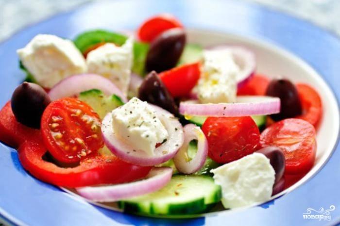Сложить все ингредиенты для салат в глубокую миску, полить заправкой и перемешать. Вот и всё - греческий салат с помидорами готов!:)