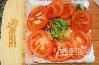 2. Затем выложите нарезанный кружками помидор.