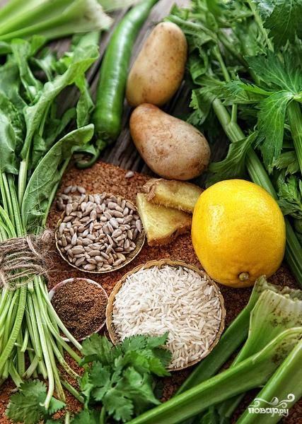 Подготовим все необходимые ингредиенты для приготовления супа. Овощи хорошенько промоем, картошку почистим, рис промоем.