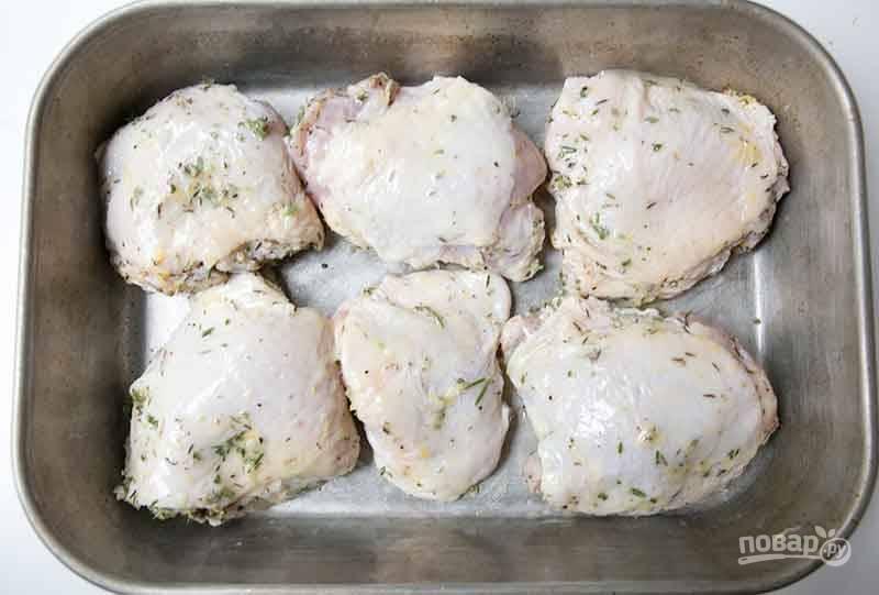 Запекайте птицу при 210 градусах в духовке в течение 35-45 минут. Через 20 минут готовки добавьте к курице маринада, оставшегося в миске.