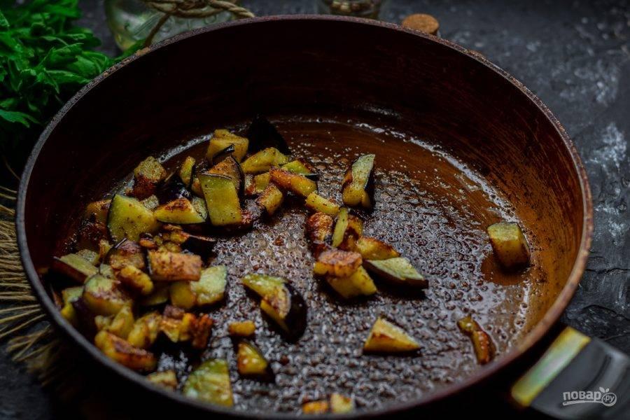 Баклажаны поджарьте на сковороде с добавлением растительного масла. В процессе жарки добавьте к баклажанам немного соли, перца и сухой чеснок.