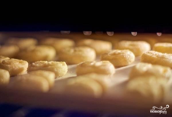 9. Вот и весь секрет, как сделать берлинское печенье из слоеного теста. Отправьте в духовку и выпекайте минут 20.