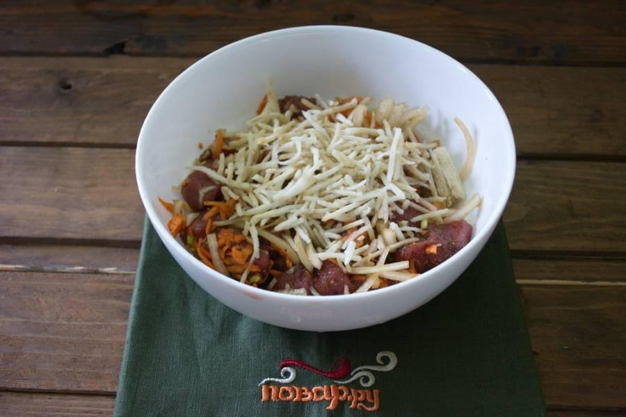 К мясу добавьте сельдерей, натертый на терке, морковь и лук. Перемешайте.