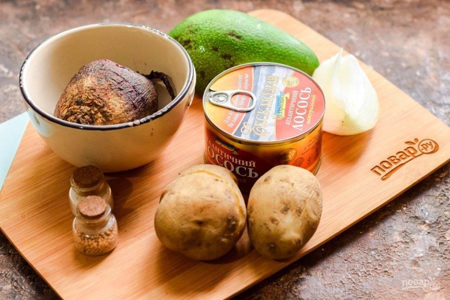 Подготовьте ингредиенты. Свеклу и картофель заранее отварите.