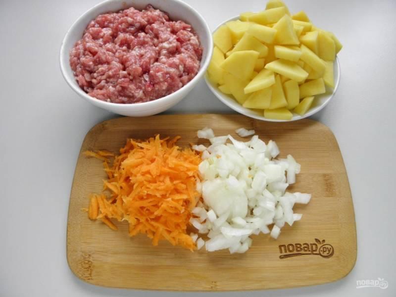 Очистите овощи. Картофель и лук порежьте, морковь натрите на терке.