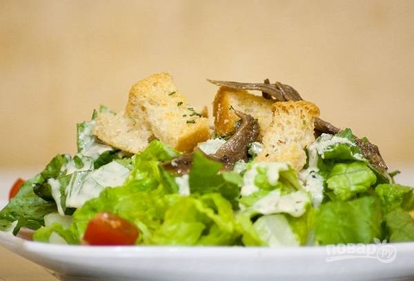 "Легкий салат ""Цезарь"" с анчоусами"