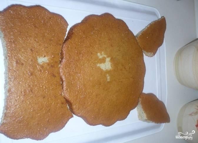 3.На подносе укладываем бисквит в форме зайчика.