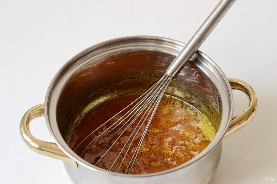 Варите массу на среднем огне, постоянно помешивая. Постепенно доведите температуру до 110 градусов. Снимите жидкость с огня, влейте воду с лимонной кислотой и перемешайте.